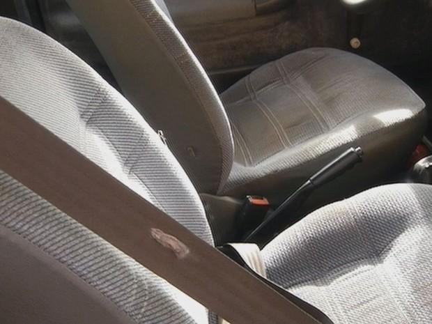 Marcas do tiros ainda estão no carro  (Foto: Reprodução / TV TEM)