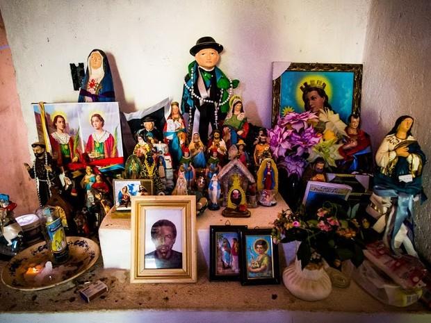 Altar montado por benzedeiras mostra influência de diversas crenças da cultura popular (Foto: Jonathan Lins/G1)