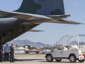 Avião com papamóvel chega ao Rio. Cargueiro da FAB desembarcou com dois veículos para o pontífice. (Foto: Ide Gomes/Frame/Estadão Conteúdo)