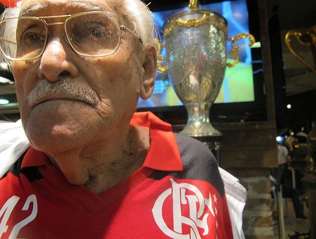torcedor antonio soares, de 85 anos, um dos fundadores da charanga rubro-negra  (Foto: Janir Junior / Globoesporte.com)