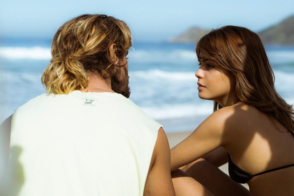 Caíque e Nanda curtem o dia juntos na praia (Foto: Raphael Dias/Gshow)