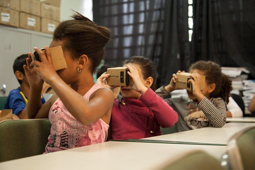 Alunos da Escola Estadual Santa Rosa de Lima em São Paulo.Realidade virtual em óculos de papelão. (Foto: Sendi Morais/ÉPOCA)