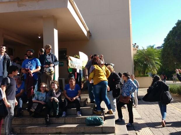 Estudantes do CEP antes da desocupação do prédio (Foto: Ana Zimmerman/ RPC Curitiba)