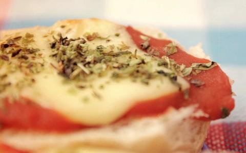 Pizza de pão dormido tem molho de tomate, queijo e orégano