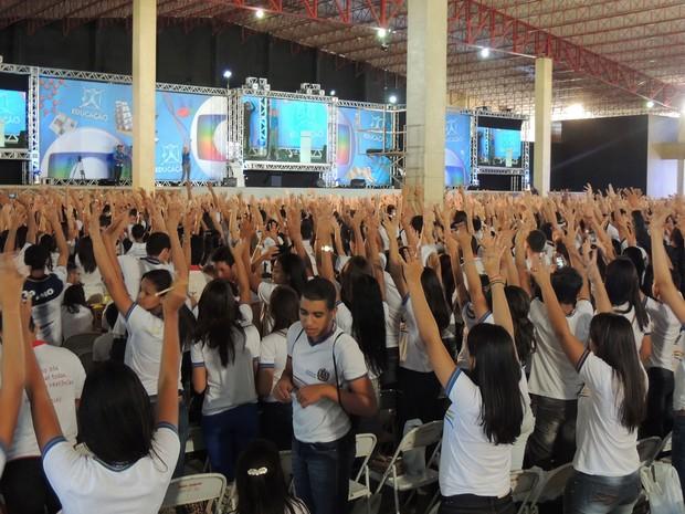 Alongamento para deixar alunos espertos antes do início do aulão (Foto: Luka Santos / G1)