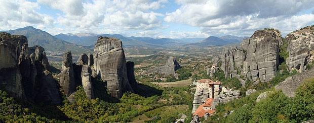 Monastérios em cima de penhascos em Meteora (Foto: Wisniowy/Creative Commons)