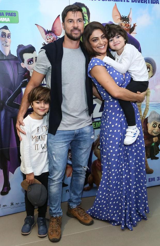 Em família: Juliana Paes e o marido, Carlos Eduardo Baptista posam com Pedro e Antônio (Foto: Roberto Filho/Brazil News)
