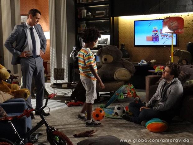 Eron conta que Amarilys terá alta (Foto: Amor à Vida/ TV Globo)