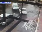 Carro invade a calçada após colisão em Rio Grande; veja o vídeo