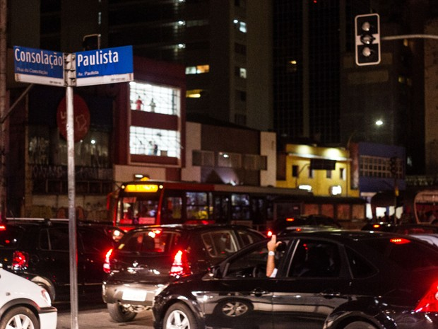 Após temporal, semáforos apagados complicaram a volta para casa. (Foto: Claudio Manculi/Frame/Estadão Conteúdo)