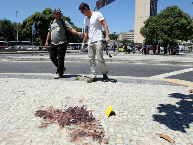 Policiais fizeram perícia no local onde o cinegrafista Santiago Andrade foi atingido na cabeça durante protesto na quinta (7). O local ainda estava intacto, inclusive com a poça de sangue e uma gase usada no socorro. (Foto: Marcos Arcoverde/Estadão Conteúdo)