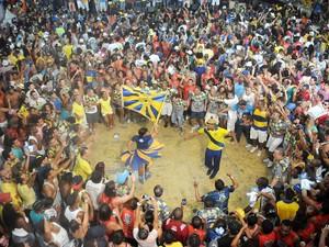 Público comemora título da Unidos da Tijuca na quadra da escola (Foto: Alexandre Durão/G1)