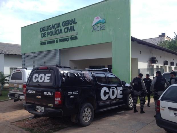 Polícia de Cruzeiro do Sul investiga crime (Foto: Genival Moura/G1)