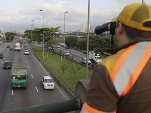 Agente da CET fiscaliza passagem de veículos na Marginal Tietê, em São Paulo (Foto: G1)