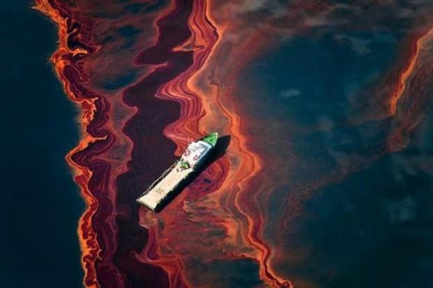 Um barco à deriva em meio ao vazamento de petróleo provocado pelo acidente da plataforma petrolífera Deepwater Horizon, no Golfo do México, em abril de 2010 (Foto: Causa e Efeito/Daniel Beltrá)