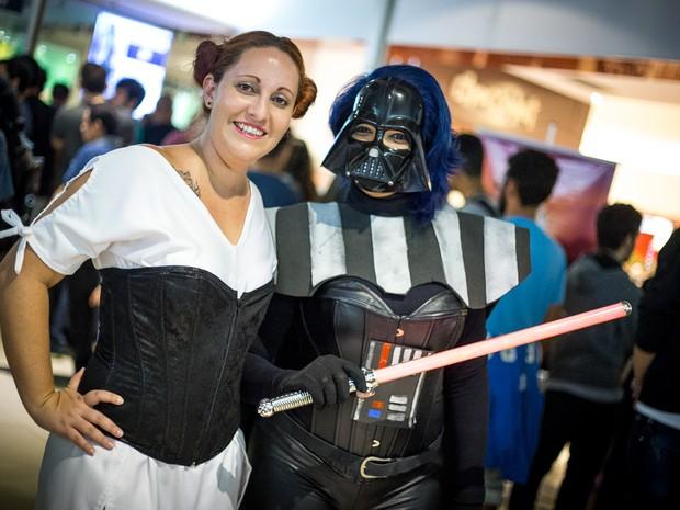 Amigas foram fantasiadas de Princesa Leia e Darth Vader (Foto: Jonathan Lins/G1)