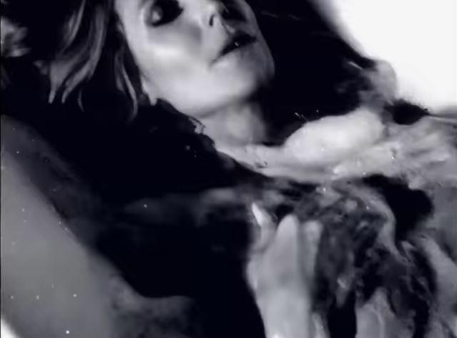 Heidi Klum mostra sua porção mais sexy no advent calendar da LOVE Magazine (Foto: Reprodução/Instagram)