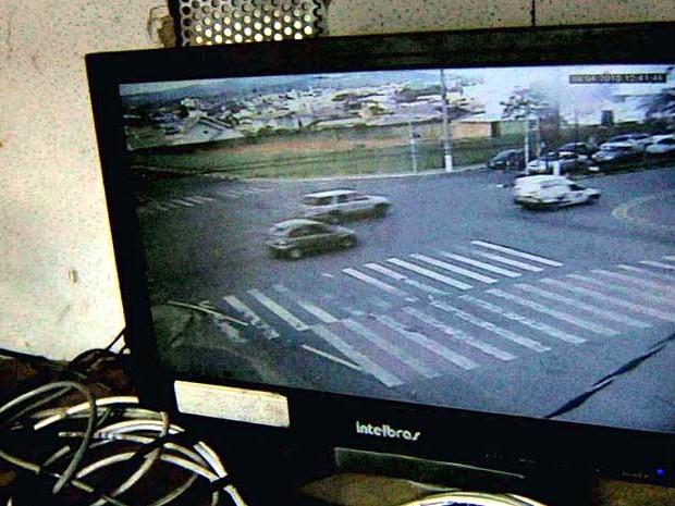 Monitoramento de carros em Vinhedo nesta segunda-feira (Foto: Reprodução EPTV)