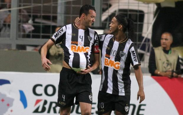 Rever e Ronaldinho gol Tijuana x Atletico-MG (Foto: EFE)