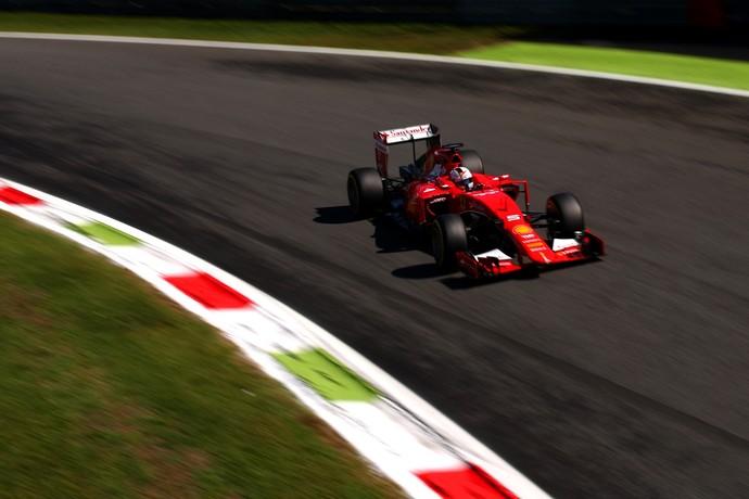 Sebastian Vettel acelera a Ferrari na pista de Monza, palco do GP da Itália, durante classificatório (Foto: Getty Images)