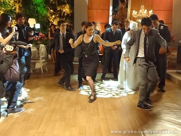 Filipinho dança e anima galera (Foto: Sangue Bom/TV Globo)