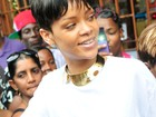 Rihanna encara multidão e faz compras de Natal em Barbados