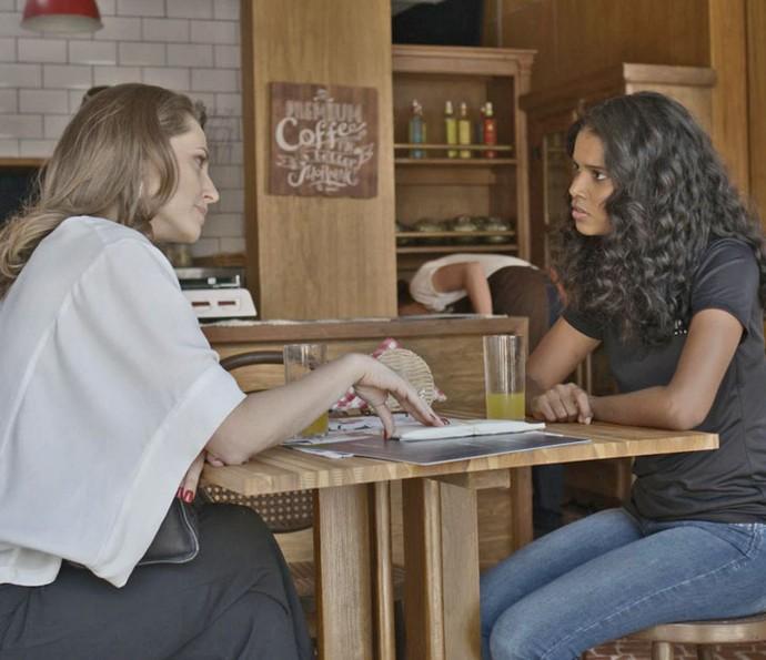 Tita dá pacote de dinheiro para Joana (Foto: TV Globo)