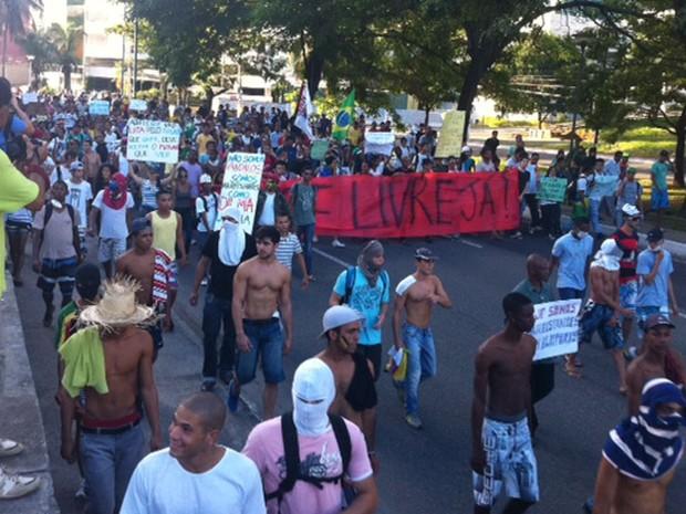 Avenida Garibaldi tomada por manifestantes (Foto: Egi Santana/G1)