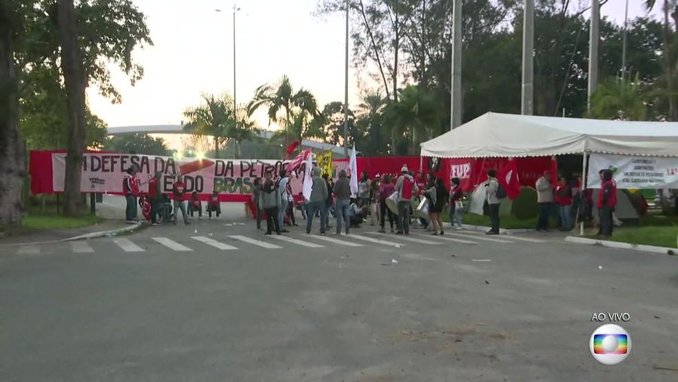 Manifestantes fizeram protesto na entrada da Reduc (Foto: Reprodução/ TV Globo)