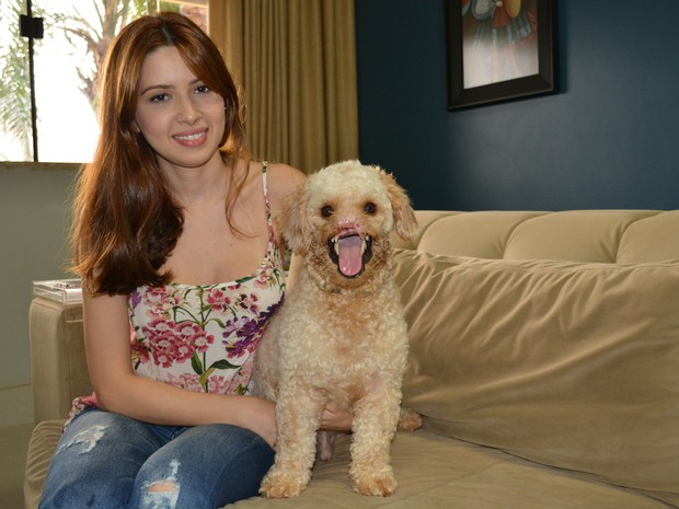 Larissa adotou Théo em outubro deste ano, após ver foto do cachorro mal tratado em rede social (Foto: Mary Porfiro/G1)