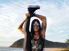 Aline Riscado visita Garopaba e mostra elasticidade com as pernas