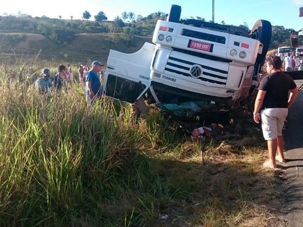 Vítimas ficaram presas às ferragens e morreram no local do acidente (Foto: Marcos Augusto / Voz da Bahia)