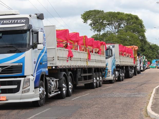 Caminhões se posicionam na concentração do Corso em Teresina. (Foto: Gilcilene Araújo/ G1)