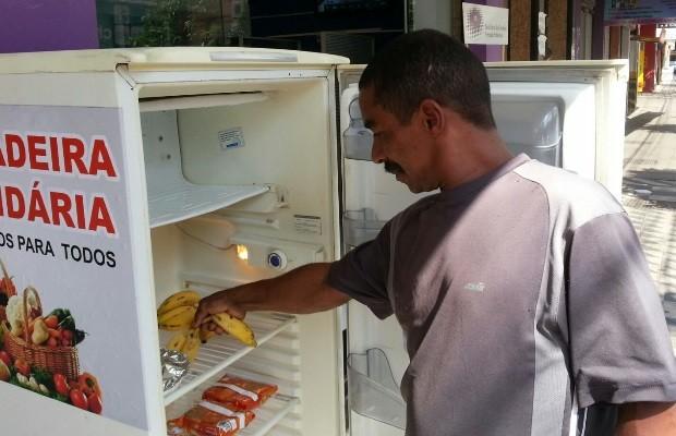 Moradores de rua podem pegar comida de graça na Geladeira Solidária, em Goiânia Goiás (Foto: Vanessa Martins/G1)