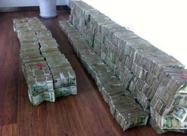 A enorme pilha de dinheiro levado em caixas por empresária chinesa para realizar o sonho de comprar um BMW (Foto: The Grosby Group)