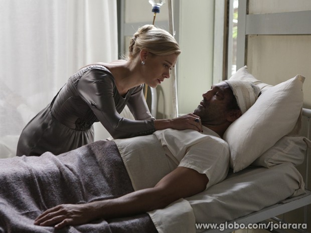 Ioiô visita amado no hospital e fica arrasada com seu estado (Foto: Fábio Rocha/TV Globo)