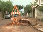 Buraco ocupa metade de rua em Ribeirão e dificulta trânsito na zona sul
