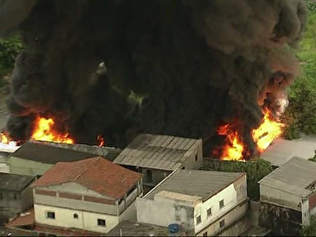 Bombeiros dos quartéis de Campinhos e Oswaldo Cruz combatiam as chamas no local (Foto: Reprodução/TV Globo)