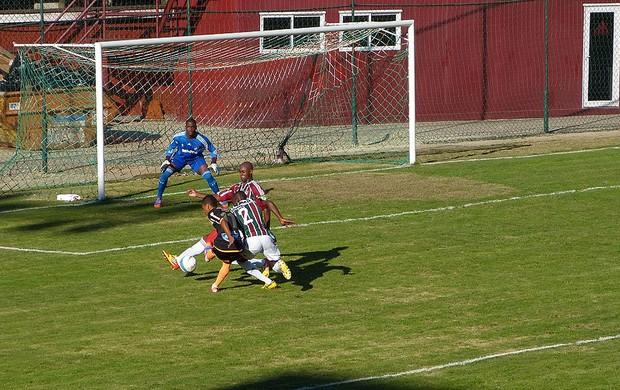 Artilheiro Biro Biro é travado por Luiz Fernando e Wellington, Fluminense x Nova Iguaçu (Foto: Vicente Seda / Globoesporte.com)