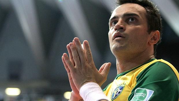 Falcão comemora gol no jogo do Brasil contra a Espanha no futsal (Foto: AP)