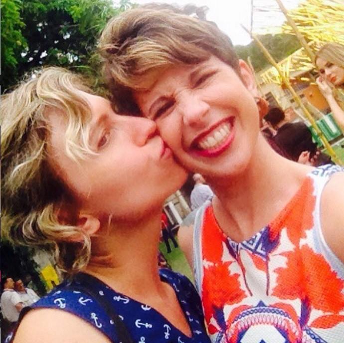 Um carinho em Carla Böhler, diretora da novela (Foto: Reprodução/Instagram)