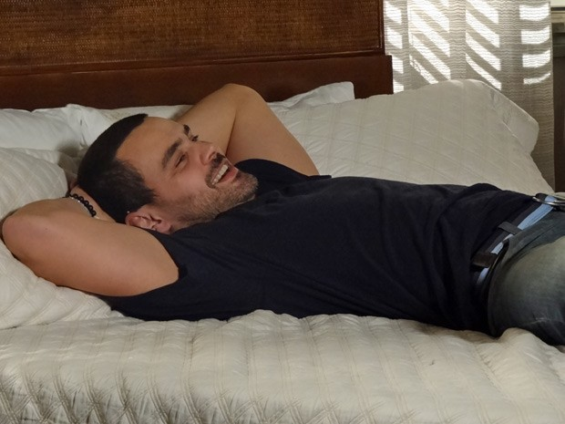 Fernando não se contém de felicidade com a volta de Elisa (Foto: Amor Eterno Amor / TV Globo)