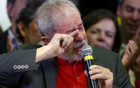 O ex-presidente Luiz Inácio Lula da Silva concede entrevista coletiva sobre a denúncia do Ministério Público Federal contra ele e sua esposa Marisa Letícia em hotel no centro de São Paulo (Foto: Pedro Kirilos / Agência O Globo)