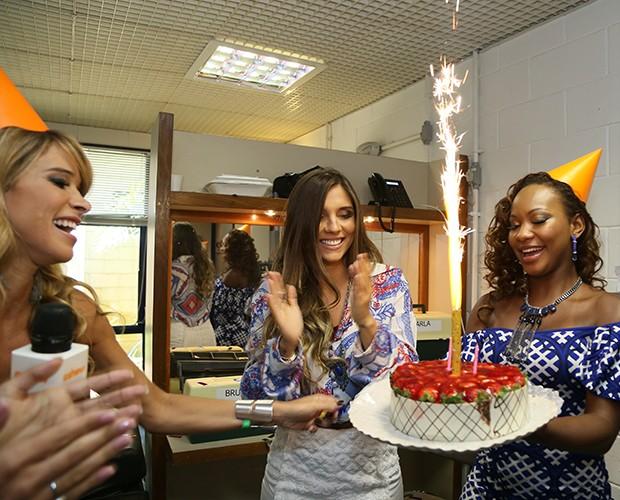 Dany e Luana cantam parabéns para a aniversariante (Foto: Carol Caminha / Gshow)