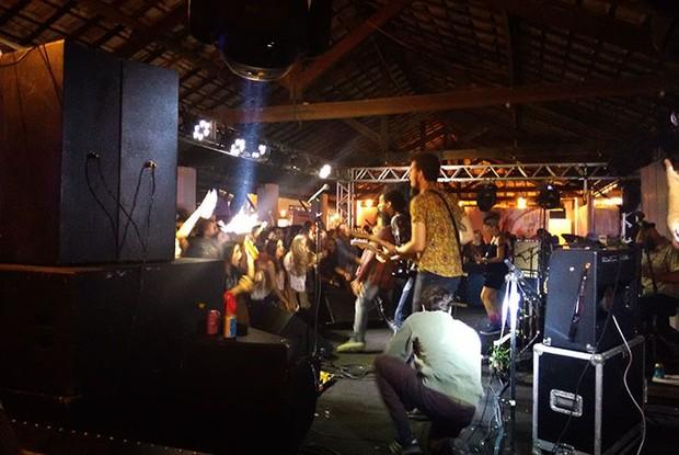 Enquanto Jota Quest se apresenta no palco principal quem faz a alegria da galera na Tenda eletro Rock é a banda Scambo (Foto: Maiana Belo/ Gshow)