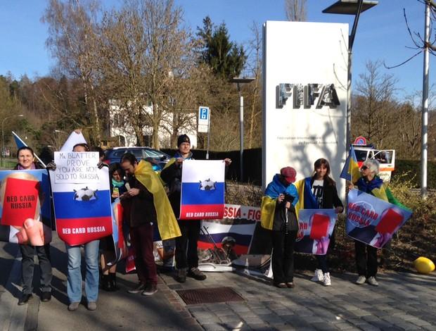 Protesto contra a Russia na porta da Fifa