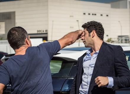 Apolo bate no carro de Beto, e colisão termina em briga