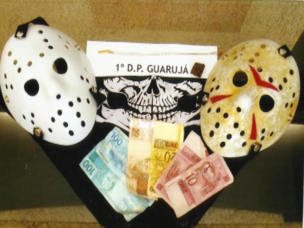 Polícia apreendeu máscaras e quantia em dinheiro no Guarujá, litoral de São Paulo (Foto: Divulgação/Polícia Civil do Guarujá)