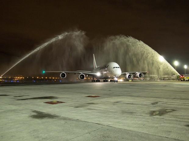 Maior avião comercial do mundo foi batizado com jatos d'água no Aeroporto Internacional Tom Jobim, o Galeão, no Rio (Foto: Reprodução/Facebook RioGaleão)
