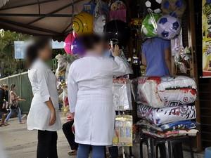 Servidores usam jaleco do Hospital Mário Gatti fora do ambiente de trabalho (Foto: G1 Campinas)